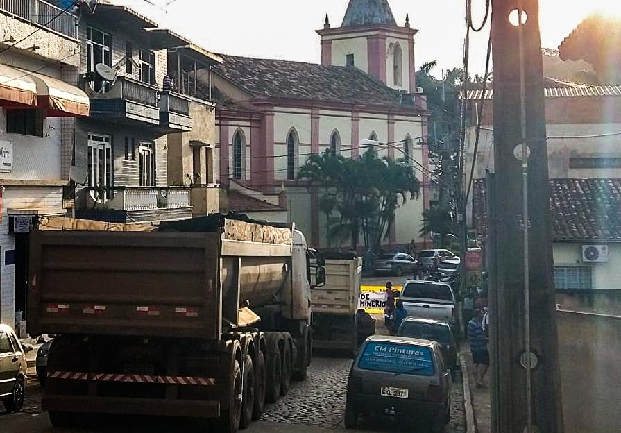 População de Teixeiras (MG) bloqueia carretas de minério e prefeito promete resolver situação